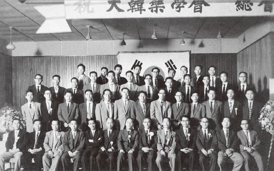 피난 수도 부산시청 회의실에서의 창립 총회 (1951. 12. 6)